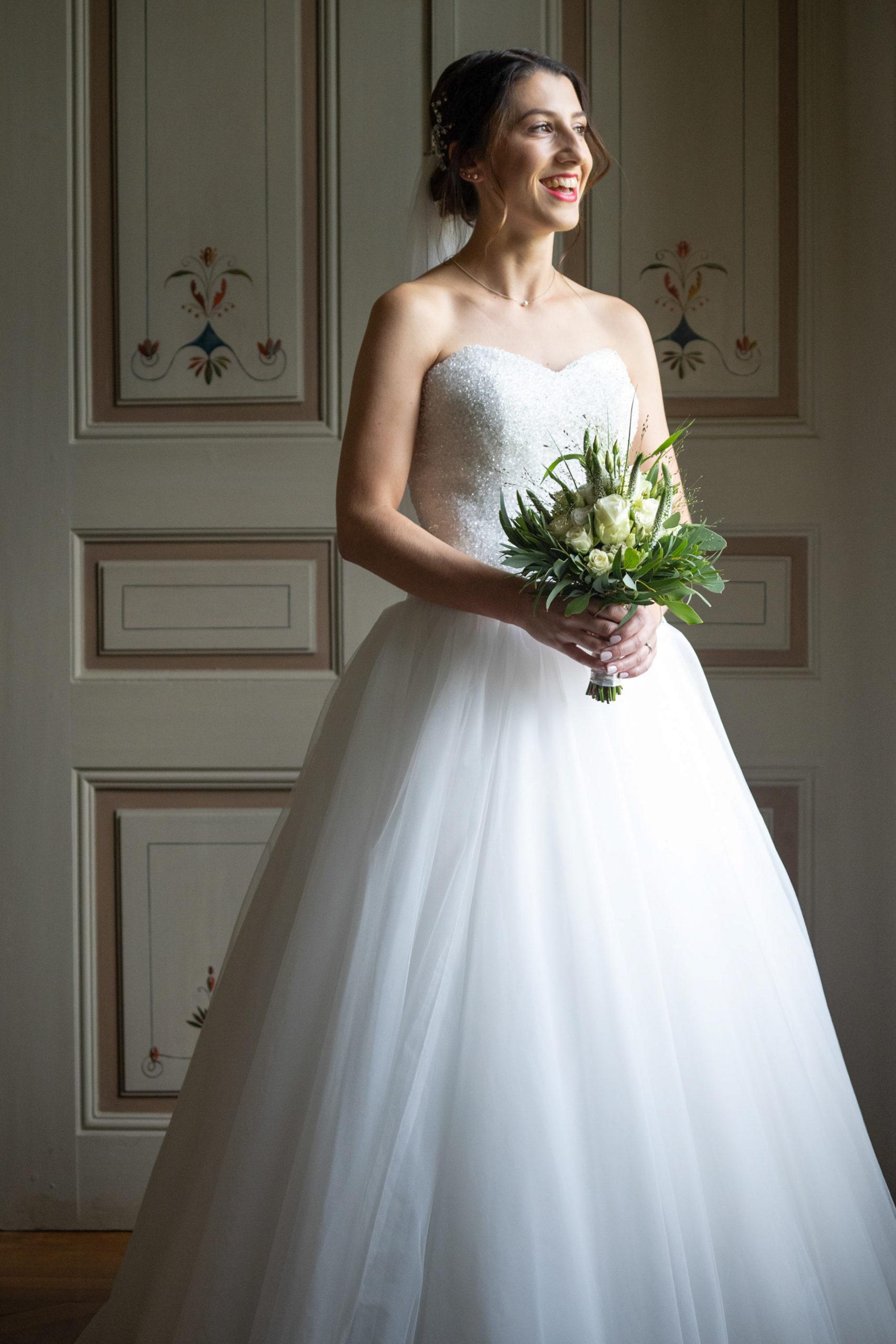 Hochzeitsfilm, Hochzeitsfotografie, Brautkleid, Brautstrauß, glücklich, Getting ready